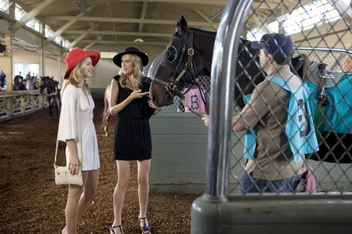 90210: AnnaLynne McCord e Sara Foster nell'episodio And Away They Go