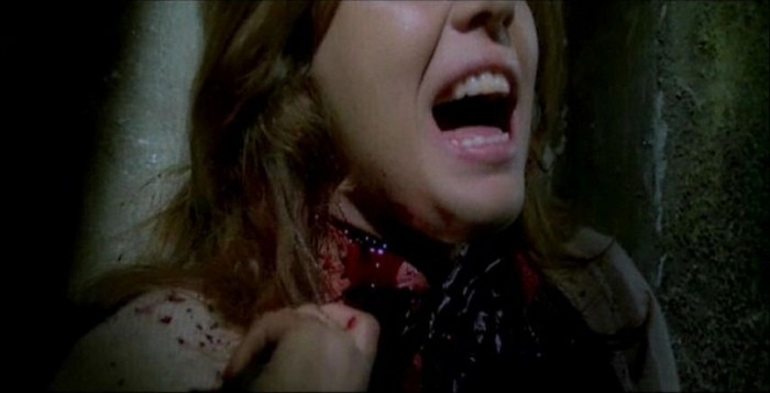 Ania Pieroni in una sequenza splatter del film Quella villa accanto al cimitero ( 1981 )