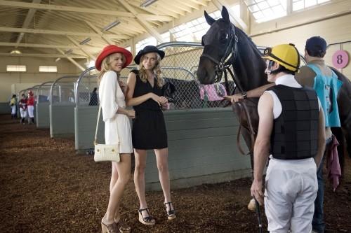 AnnaLynne McCord e Sara Foster in una scena dell'episodio And Away They Go di 90210