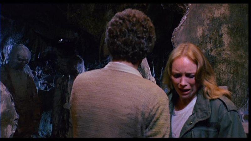 Carlo De Mejo e Catriona MacColl in una scena del film Paura nella città dei morti viventi ( 1980 )