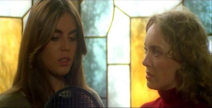 Catriona MacColl e Ania Pieroni in una scena del film Quella villa accanto al cimitero ( 1981 )