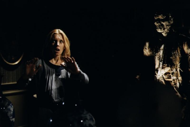 Cinzia Monreale in una suggestiva scena del film E tu vivrai nel terrore - L\'aldilà ( 1981 )
