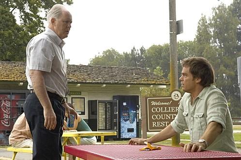 Dexter: John Lithgow e Michael C. Hall in una scena dell'episodio Road Kill