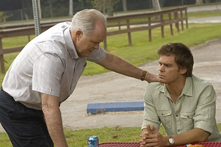 Dexter: John Lithgow e Michael C. Hall nell'episodio Road Kill