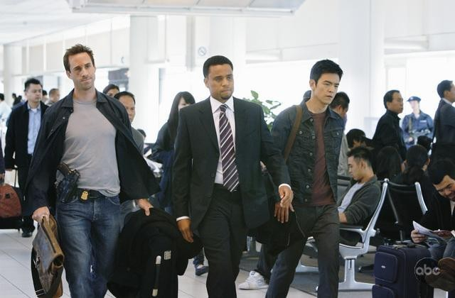 FlashForward: Joseph Fiennes e John Cho in una scena dell'episodio A561984