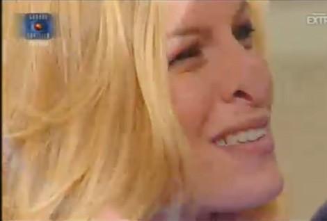 Grande Fratello 10, quarta puntata: Sabrina con il naso schiacciato sul vetro, prima di un incontro con il fidanzato.