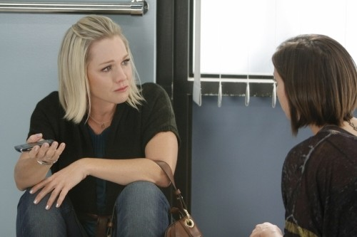 Jennie Garth e Jessica Stroup in un momento dell'episodio To Thine Own Self Be True di 90210