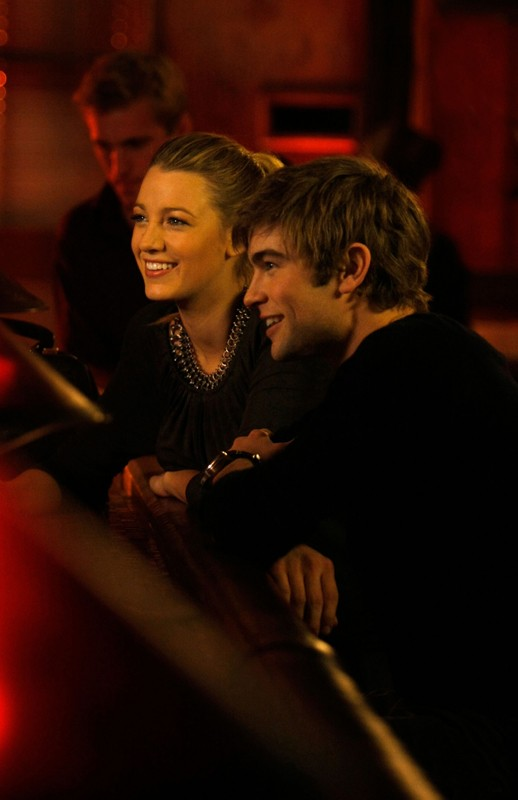 Serena (Blake Lively) e Nate (Chace Crawford) sorridenti in una scena dell'episodio The Last Days of Disco Stick di Gossip Girl