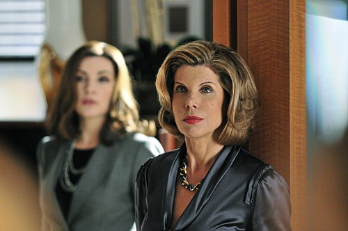 The Good Wife: Christine Baranski e Julianna Margulies (sullo sfondo) nell'episodio Threesome