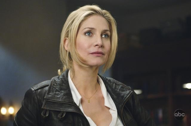 V: Elizabeth Mitchell nell'episodio It's Only The Beginning