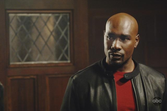 V: Morris Chestnut in un momento dell'episodio It's Only The Beginning