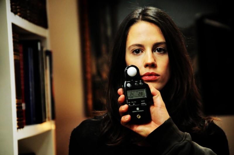 Chiara Martegiani durante una prova delle luci sul set di Meno male che ci sei
