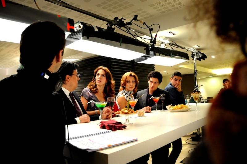 Claudia Gerini (al centro) sul set del film Meno male che ci sei, di Luis Prieto