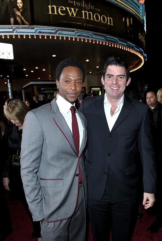 Edi Gathegi e il regista Chris Weitz alla premiere di The Twilight Saga: New Moon, a Los Angeles, il 16.11.2009