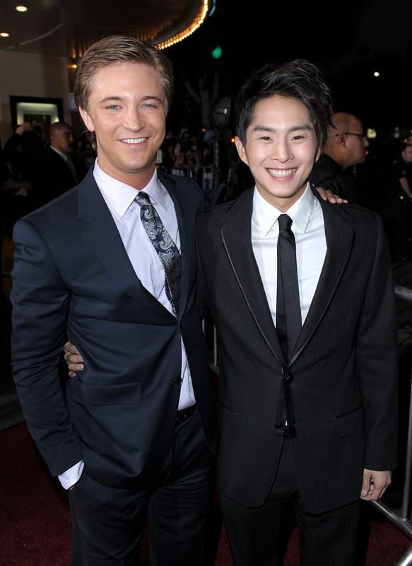 Michael Welch e Justin Chon posano alla premiere mondiale del film New Moon, a Los Angeles, il 16.11.2009