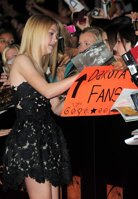 Dakota Fanning firma autografi ai fans alla premiere di The Twilight Saga: New Moon, a Los Angeles