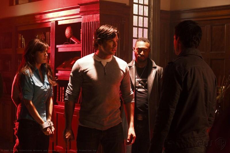 Lois (Erica Durance) e Clark (Tom Welling) catturati da Zod (Callum Blue) in una scena dell'episodio Pandora di Smallville