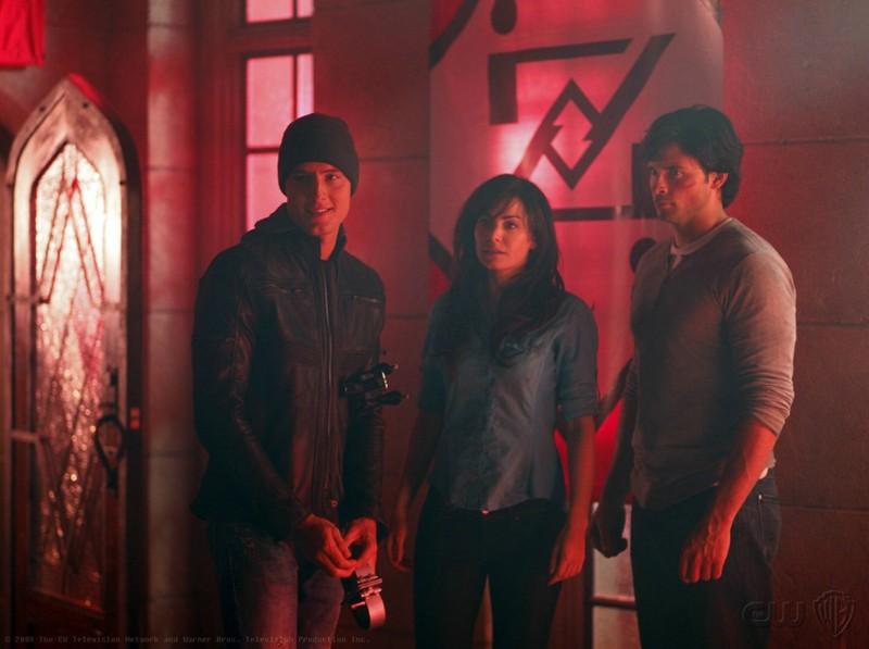 Oliver (Justin Hartley), Lois (Erica Durance) e Clark (Tom Welling) nell'episodio Pandora di Smallville