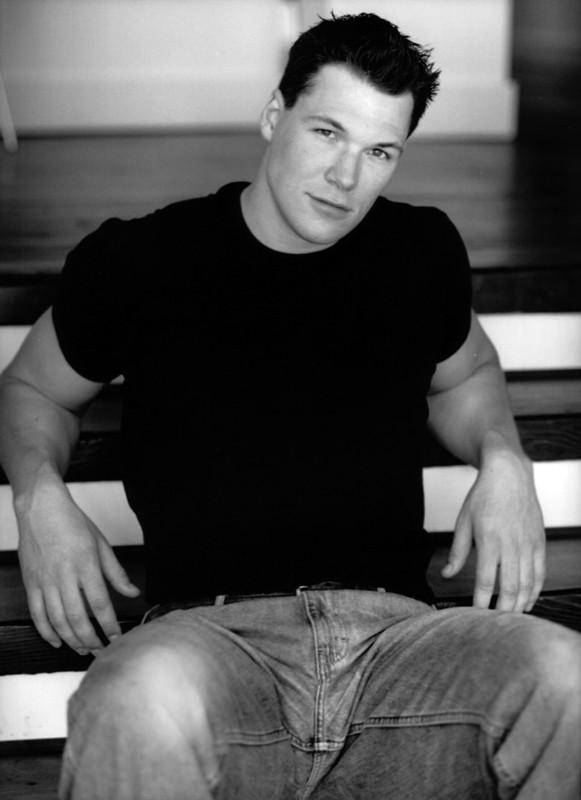 Daniel Cudmore in una foto in bianco e nero