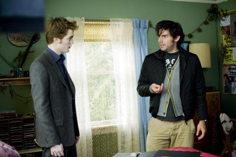 Una nuova immagine di Robert Pattinson e del regista Chris Weitz sul set di Twilight: New Moon