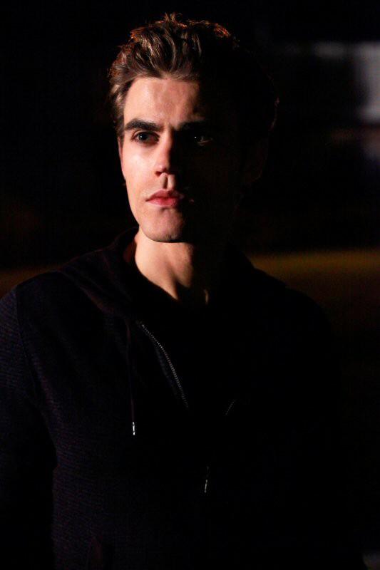 Il vampiro Stefan interpretato da Paul Wesley nell'episodio The Turning Points di The Vampire Diaries