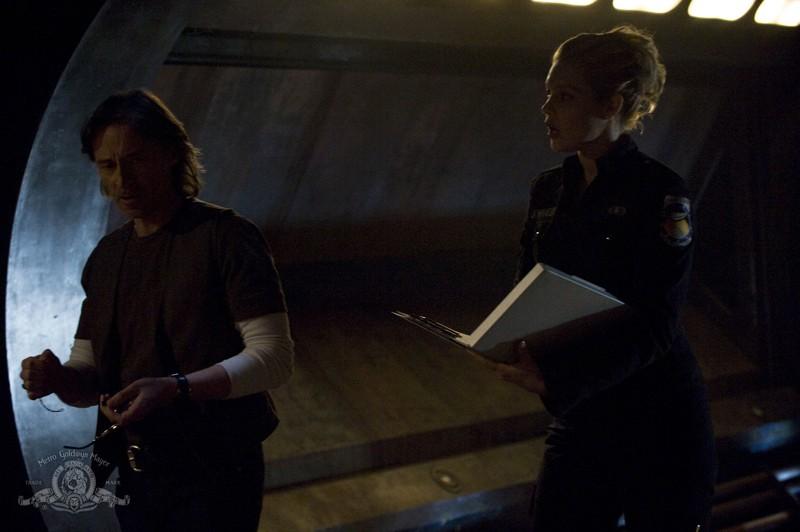 Alaina Kalanj parla con Robert Carlyle in una scena dell'episodio Life della serie Stargate Universe
