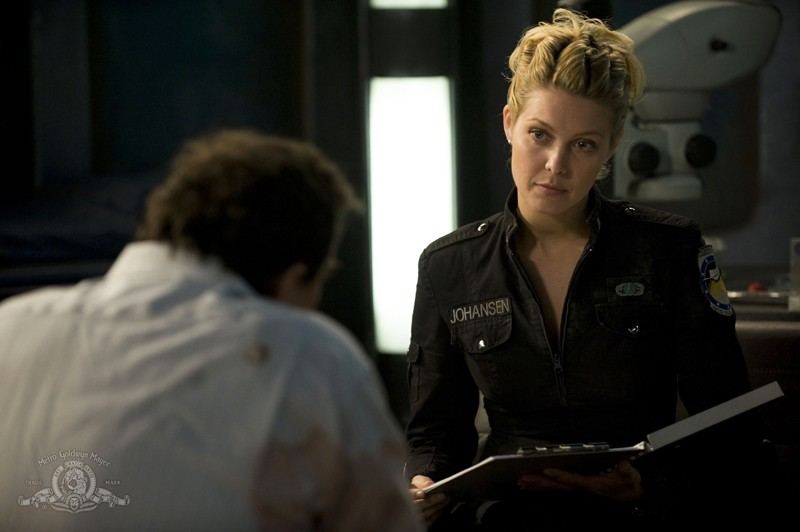 Alaina Kalanj psicanalizza i componenti dell'equipaggio nell'episodio Life della serie Stargate Universe