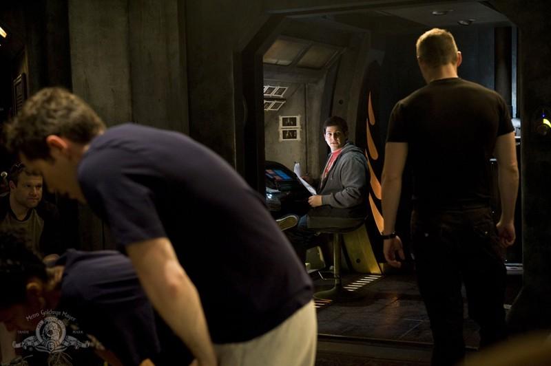 Brian J. Smith parla con David Blue nell'episodio Life di Stargate Universe