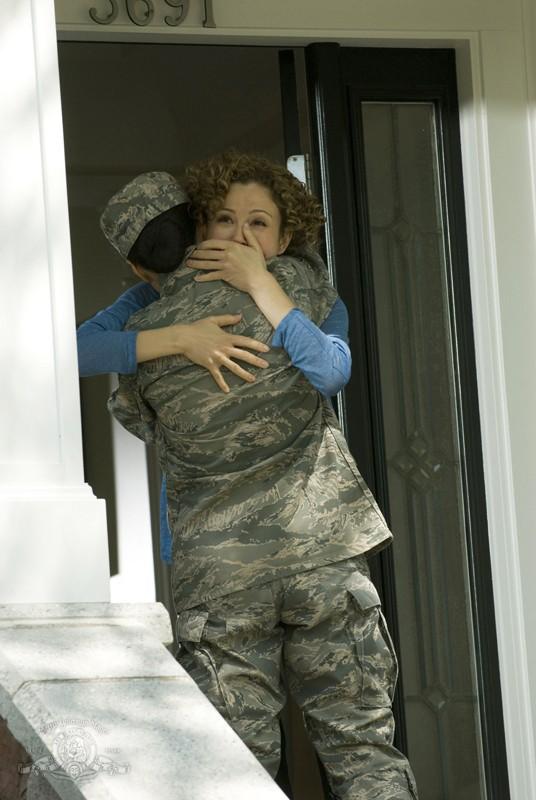 Camille (Ming-Na) abbraccia la compagna Sharon (Reiko Aylesworth) nell'episodio Life della serie Stargate Universe