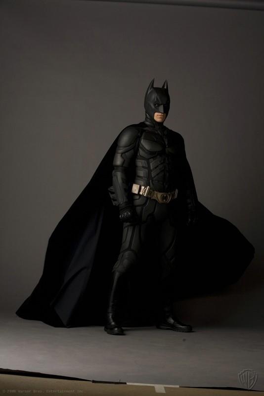 Christian Bale è Batman in una foto promo de Il Cavaliere Oscuro