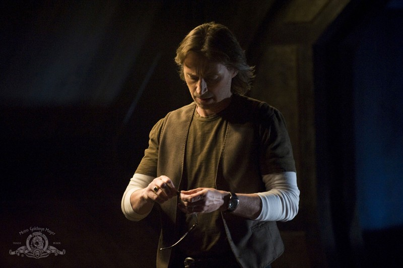 Il Dr. Nicholas Rush (Robert Carlyle) in una scena dell'episodio Life della serie Stargate Universe