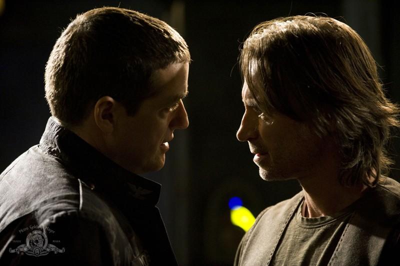 Justin Louis faccia a faccia con Robert Carlyle nell'episodio Life della serie Stargate Universe