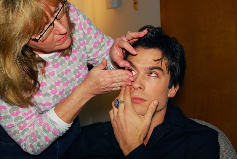 L'attore Ian Somerhalder mette le lenti a contatto da vampiro sul set della serie The Vampire Diaries