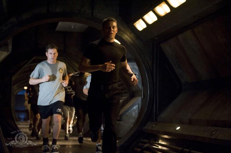 La squadra, con Brian J. Smith e Patrick Gilmore, durante un'allenamento sulla Destiny nell'episodio Life di Stargate Universe