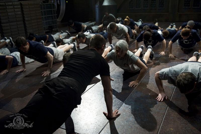 La squadra durante una scena di allenamento sulla Destiny nell'episodio Life di Stargate Universe