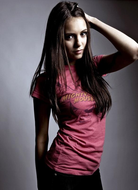 Nina Dobrev posa per un servizio fotografico