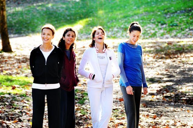 Claudia Gerini (al centro, con la tuta bianca) in una scena del film Meno male che ci sei, di Luis Prieto