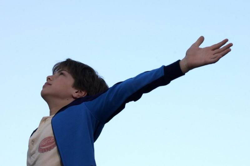 Il piccolo Carlo Alberto Verusio in una scena del film Senza amore