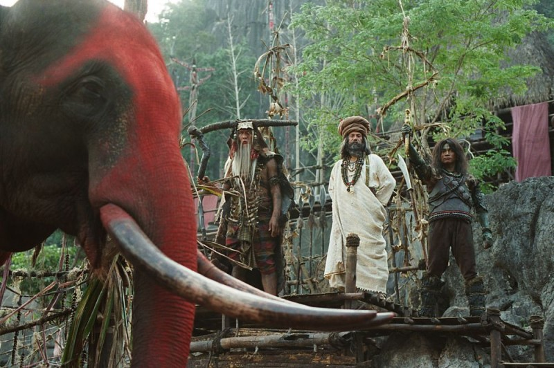 Un elefante dipinto di rosso in una scena del film di arti marziali Ong Bak 2