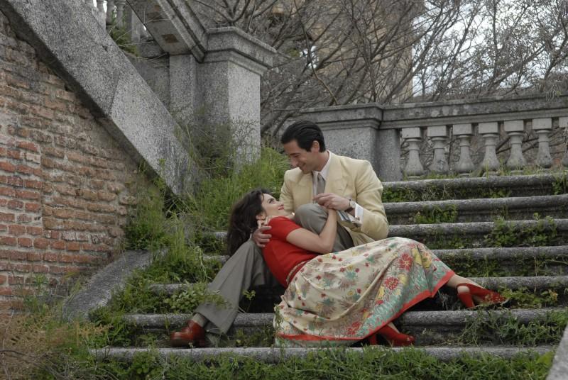 Adrien Brody con Penelope Cruz in una scena di Manolete (2007)