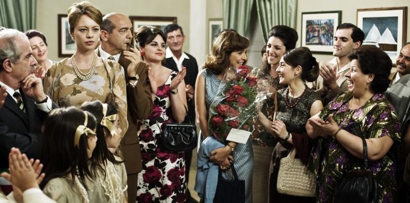 Anna Falchi e Valeria Golino in una scena di gruppo ne L'uomo nero