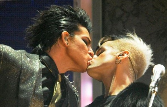 Bacio gay per Adam Lambert durante la sua performance agli American Music Awards 2009
