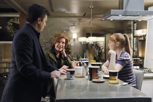 Castle: Molly C. Quinn, Nathan Fillion e Susan Sullivan nell'episodio The Fifth Bullet