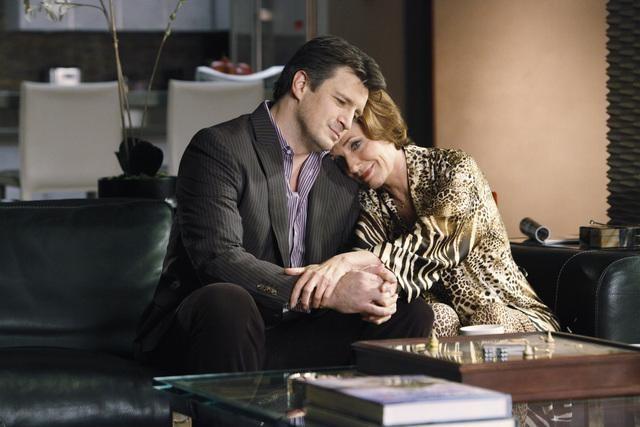 Castle: Nathan Fillion e Susan Sullivan nell'episodio The Fifth Bullet