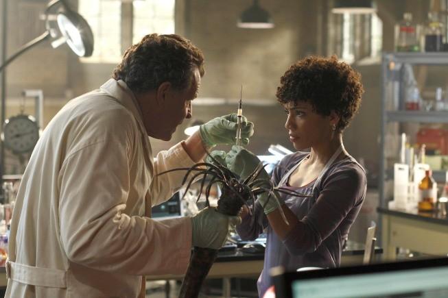 Fringe: John Noble e Jasika Nicole in una scena dell'episodio Snakehead