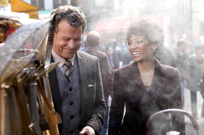 Fringe: John Noble e Jasika Nicole nell'episodio Snakehead
