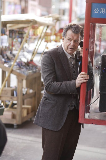 Fringe: John Noble in una scena dell'episodio Snakehead