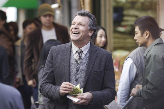 Fringe: un sorridente John Noble nell'episodio Snakehead