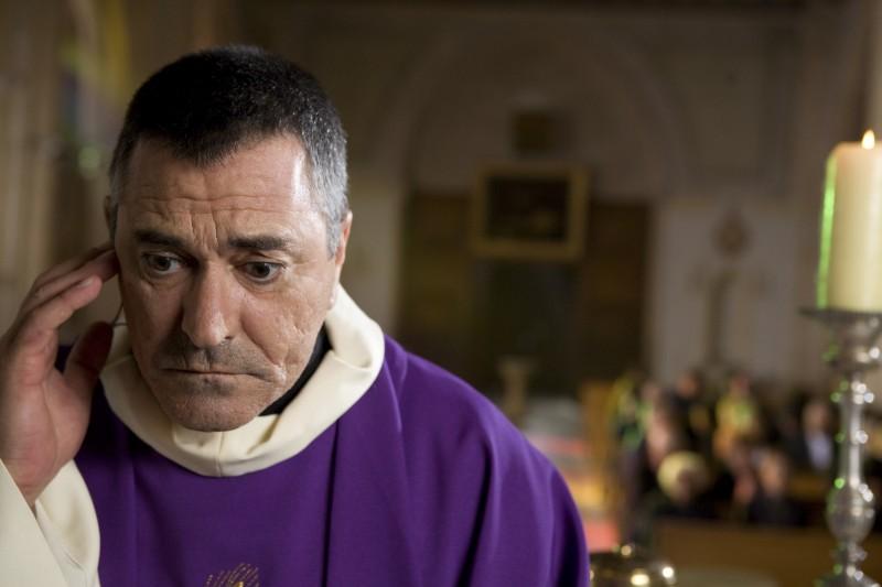 Jean-Marie Bigard in una scena della commedia Senti chi dice messa (Le missionnaire, 2009)