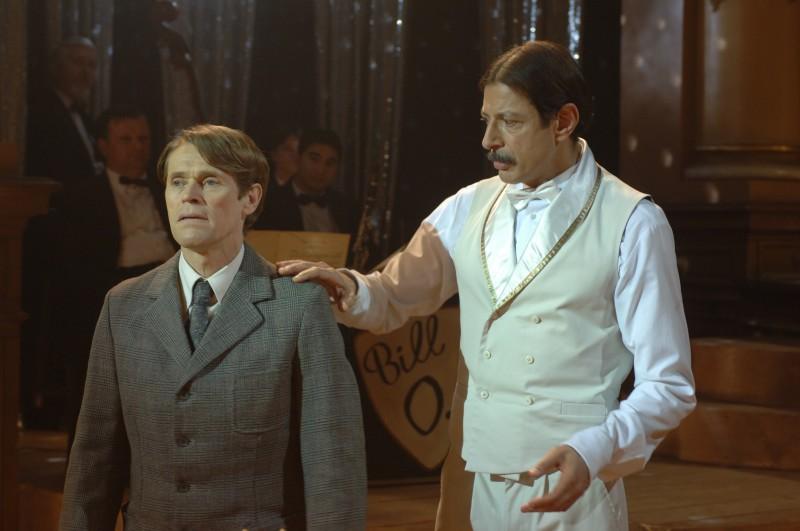 Jeff Goldblum accanto a Willem Dafoe in una scena del film Adam Resurrected, del 2008